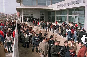 Miles de madrileños acudieron a donar sangre para los heridos del atentado.