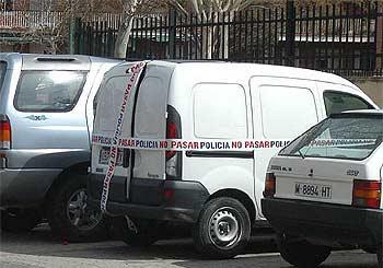 La furgoneta que contenía detonadores y restos de explosivo, precintada por la policía.