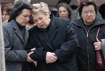 La madre de Encarnación Rubio (en el centro), durante el funeral de su hija.
