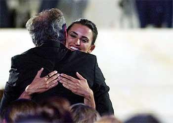 Penélope Cruz abraza a Steven Spielberg, anoche, tras recibir el premio a la mejor actriz.