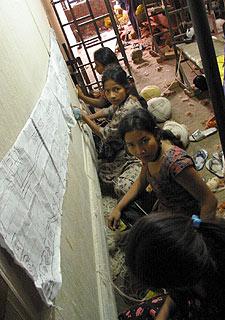 Niñas trabajando en un taller ilegal de alfombras de Katmandú.