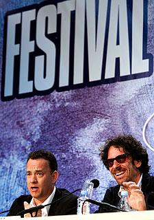 Tom Hanks (izquierda) y Joel Coen, en la presentación de  Ladykillers  en Cannes.