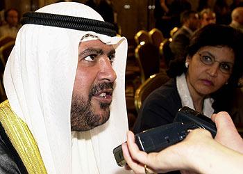 El ministro kuwaití de Petróleo, Ahmed al Sabá, habla con la prensa durante la cumbre de la OPEP en Beirut.