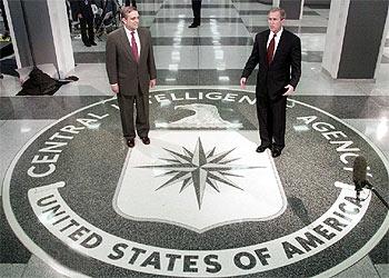 George Tenet (izquierda) y George W. Bush, en la sede de la CIA en Langley (Virginia), en marzo de 2001.