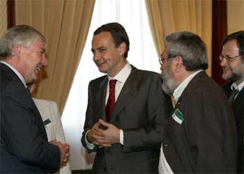 Rodríguez Zapatero (centro) conversa con Michael Stopper en presencia de Cándido Méndez y Javier Doz.