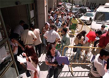 La seguridad social abre sus oficinas a los inmigrantes la for Oficinas inss madrid