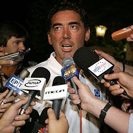 Christos Tsekos, el entrenador de Kenteris y Thanou, asediado por los micrófonos.