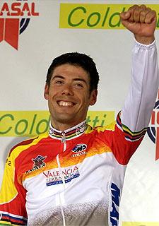Óscar Freire, celebra su triunfo en el Mundial de 2001.