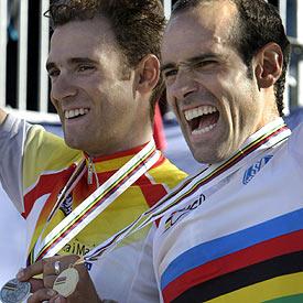 Igor Astarloa y a su derecha Alejandro Valverde, en el podio tras conquistar el oro y la plata en el Mundial de 2003.