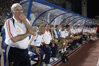 Luis Aragonés observa el juego desde el banquillo.