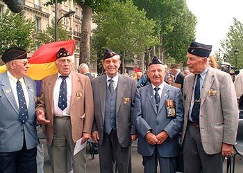Cinco de los combatientes que integraron la compañía La Nueve, ayer durante el homenaje que recibieron en París.