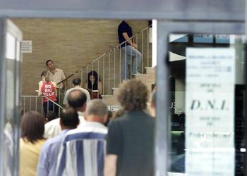 Colas de ciudadanos en una comisaría donde se tramitan el DNI y el pasaporte.