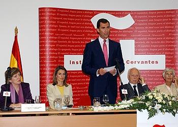 El príncipe de Asturias se dirige a los asistentes a la inauguración del Instituto Cervantes en Budapest, en presencia de doña Letizia (a su derecha); la ministra de Educación, María Jesús Sansegundo, y el presidente de Hungría, Férenc Mádl.