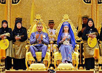 Un momento de la ceremonia de la boda real en el imponente palacio de Brunei.