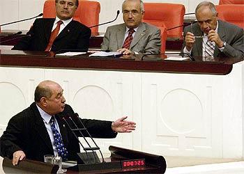 Kemal Anadon, de la oposición turca, interviene en la sesión parlamentaria ante la presidencia de la Cámara.