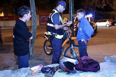 Un agente de la Brigada Centauro, del Cuerpo Nacional de Policía, en un control nocturno en Madrid.