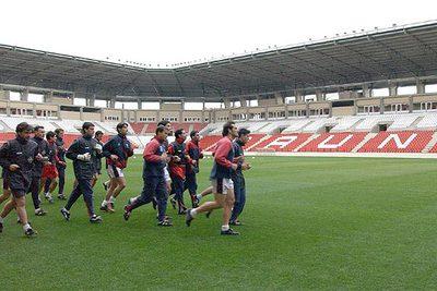 Los jugadores del Logroñés, en 2002, en su primer entrenamiento en el nuevo estadio de Las Gaunas.