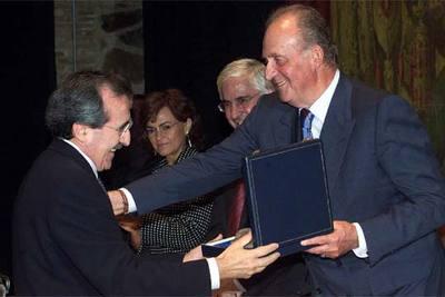 El Rey entrega el Premio de la Real Fundación de Toledo al rector de la Universidad de Alcalá de Henares, Virgilio Zapatero.