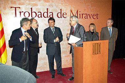 D'esquerra a dreta, Joan Saura (ICV); Josep Lluis Carod Rovira (ERC); Artur Mas (CiU); el president de la Generalitat, Pasqual Maragall; Manuela de Madre (PSC) i Josep Piqué (PP), a Miravet. / ELPAIS.COM JOSEP LLUIS SELLART