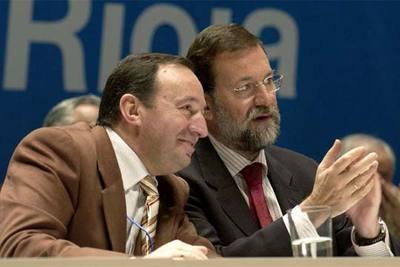Mariano Rajoy, junto a Pedro Sanz, presidente del PP de La Rioja, ayer en el 13º Congreso del partido en esa comunidad.