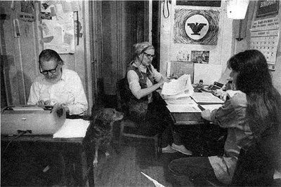 Gordon Friesen y Agnes Cunningham, con su hija, en la redacción de 'Broadside' en 1974.