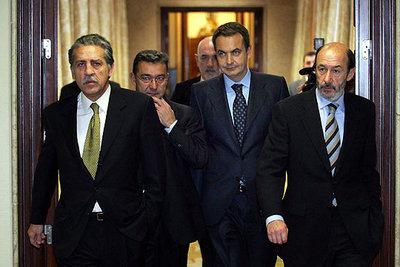 El presidente del Gobierno, José Luis Rodríguez Zapatero, flanqueado por Diego López Garrido, a la izquierda, Paulino Rivero y Alfredo Pérez Rubalcaba.