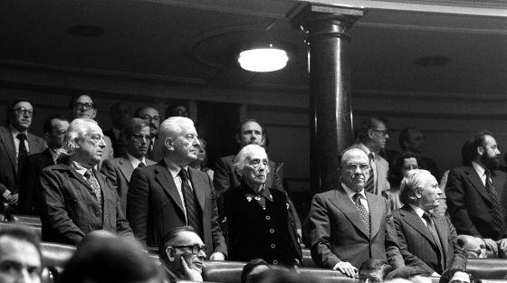 Alberti, López Raimundo, Dolores Ibárruri, Carrillo e Ignacio Galego, de pie, en sus escaños del Congreso en 1977, la primera legislatura tras la muerte de Franco
