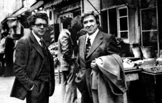 Con peluca y lentillas, Santiago Carrillo, en 1976, en la frontera española junto a Teodulfo Lagunero (a la izquierda), quien le organizó su regreso clandestino.