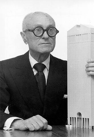 Philip Johnson, fotografiado en el año 1978 ante la maqueta de su rascacielos AT&T en Nueva York.