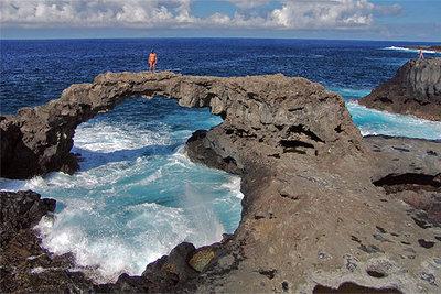 Naturaleza petrificada en el puente de lava situado en la zona del Charco Manso, en el norte de la isla.rnrnPatio del restaurante La Higuera de Abuela, en Echedo.