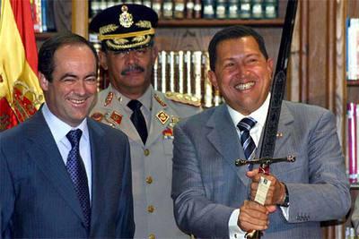 Chávez blande una espada que le regaló Bono (izquierda) durante una visita a Toledo el pasado noviembre.
