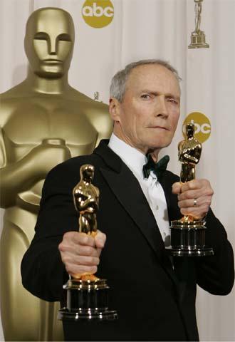 Clint Eastwood posa con los  oscars  al mejor director y a la mejor película por  Million dollar baby.