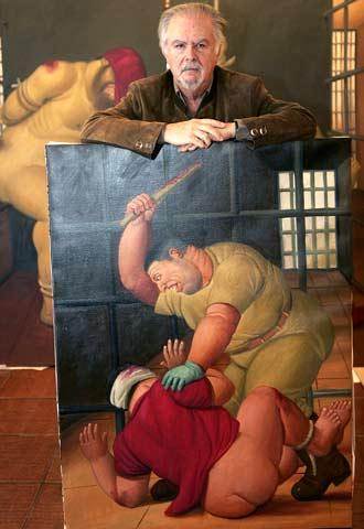 Fernando Botero posa con una de las obras de su serie  Abu Ghraib.