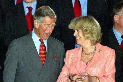 Carlos y Camilla sonríen durante la entrega ayer de la Copa Seis Naciones de rugby al equipo de Gales en Cardiff.