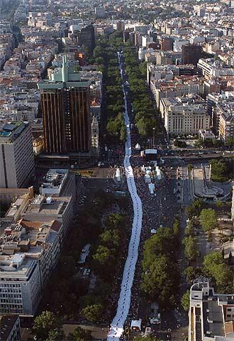 Vista aérea de la bandera de más de tres kilómetros de largo que fue desplegada por el paseo de la Castellana.