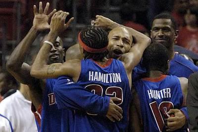 Los jugadores de Detroit se abrazan tras conseguir el triunfo ante Miami.