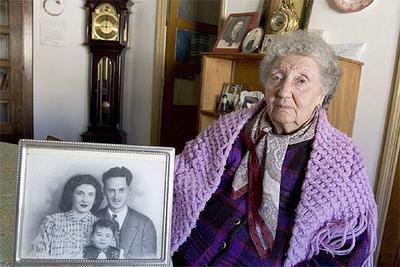Francisca Pou Redondo, que solicitó plaza en una residencia de ancianos en agosto de 2004, en su casa, en Santiago de Compostela.