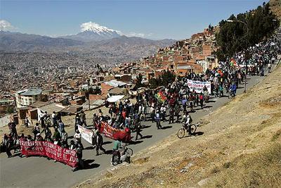 Decenas de manifestantes descienden desde la ciudad de El Alto en dirección a La Paz.