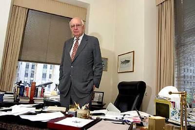 Paul Volcker, ex subsecretario del Tesoro y ex presidente de la Reserva Federal de EE UU, en su oficina del Rockefeller Center de Nueva York.