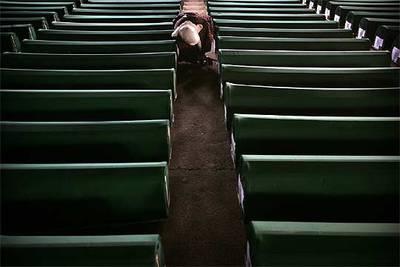 Una mujer bosnio-musulmana busca un familiar entre los ataúdes que hoy  serán sepultados en el cementerio de Potocari.
