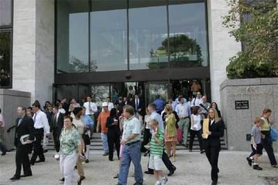 Funcionarios y turistas desalojan un edificio del Senado, en Washington, tras una falsa alarma.