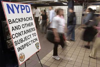 Un cartel advierte de los eventuales registros de mochilas y paquetes en el metro de Nueva York.