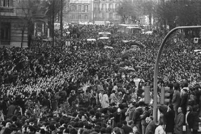 Una multitud se congregó el 26 de enero de 1977 ante el Palacio de Justicia de Madrid, donde se inició el cortejo fúnebre de varias de las víctimas del atentado de dos días antes contra los abogados laboralistas de Atocha.