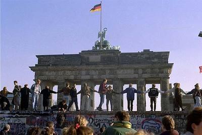 Ciudadanos alemanes celebran, cerca de la Puerta de Brandeburgo, en Berlín, la caída del muro y la apertura de la frontera el 10 de noviembre de 1989.