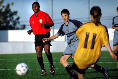 Imagen de archivo de un partido en Picassent (Valencia) entre un equipo masculino y otro femenino.