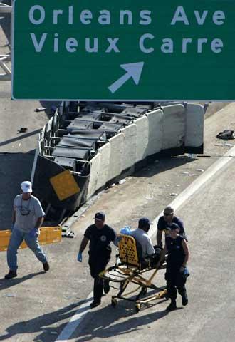 Evacuación de un afectado por el huracán Katrina en Nueva Orleans.