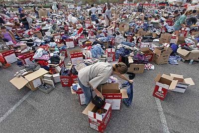 Varias personas buscan ropa en una  tienda  improvisada en Gulfport, en Misisipi.