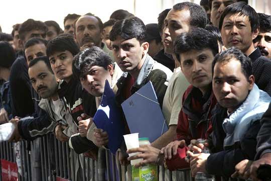Inmigrantes se agolpan ante una oficina del ayuntamiento de barcelona que expide certificados de - Oficina de empadronamiento madrid ...