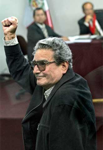 Abimael Guzmán, líder fundador de Sendero Luminoso, saluda puño en alto en el juicio celebrado en noviembre de 2004.