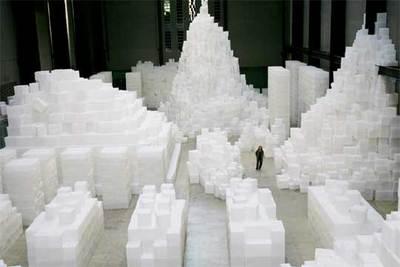 Rachel Whiteread camina por su instalación  Embankment,  en la sala de turbinas de la Tate Modern.